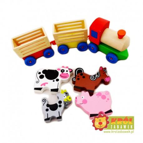 Duża drewniana ciuchcia z wagonami ze zwierzętami